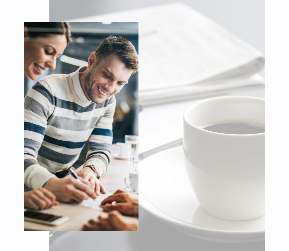 Uśmiechnięte małżeństwo ifiliżanka kawy